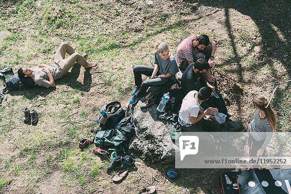 Blick von oben auf erwachsene Boulderfreunde  die sich auf Gras entspannen  Lombardei  Italien