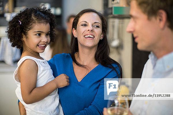 Ehemann und Ehefrau mit Tochter auf Party