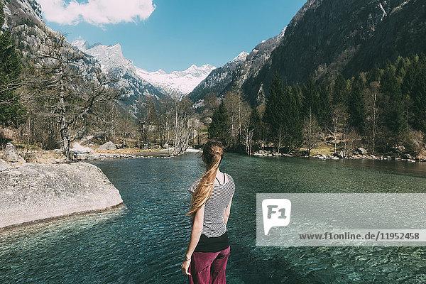 Rückansicht einer jungen Frau mit Blick auf den See  Lombardei  Italien