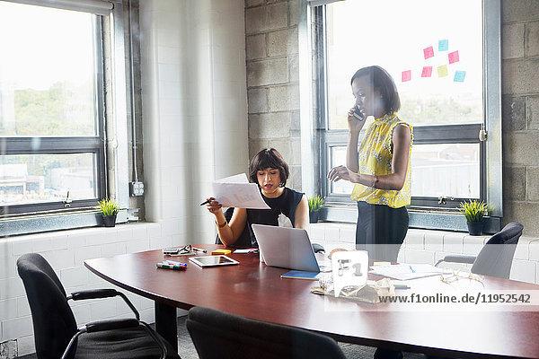Zwei Frauen arbeiten zusammen im Besprechungsraum  Brainstorming