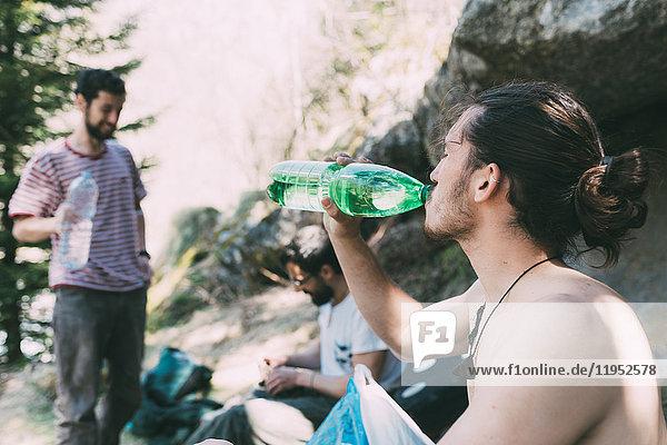 Männliche Felsbrocken bei einer Trinkwasserpause  Lombardei  Italien