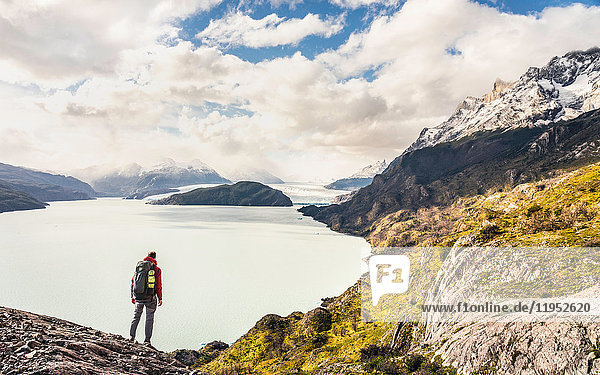 Männlicher Wanderer mit Blick auf den Grey-See und Gletscher  Torres del Paine Nationalpark  Chile