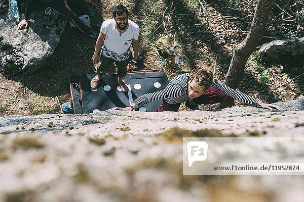 Draufsicht auf junge weibliche Boulderer beim Bouldern  Lombardei  Italien