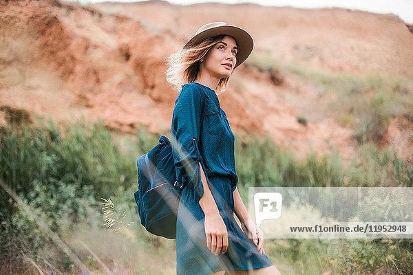 Mittelgroße erwachsene Frau in ländlicher Umgebung  Blick auf Ansicht