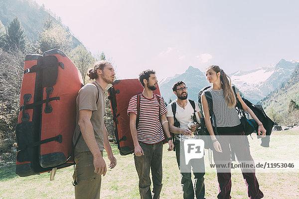 Erwachsene Boulderfreunde wandern durch ein Bergtal  Lombardei  Italien