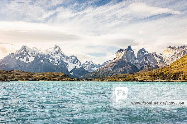 Blick auf den See und die Cuernos del Paine und Paine Grande  Torres del Paine Nationalpark  Chile
