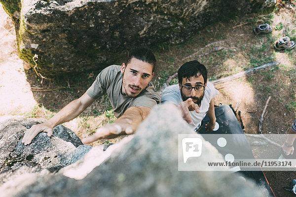 Hochwinkelaufnahme von Männern beim Klettern von Felsbrocken  Lombardei  Italien