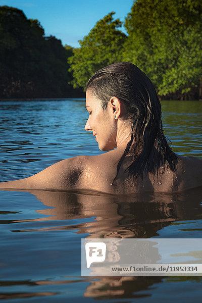 Frau auf See  Fortaleza  Ceara  Brasilien  Südamerika