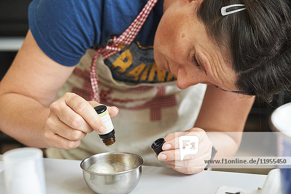 Reportage on a session producing natural cosmetics in the Lyon School of Medicinal Plants. The participants produce several care products using vegetable oils  macerated oils  plant infusions  floral water  essential oils etc. This procedure  that respects health and the environment  enables the composition of ingredients to be controlled and excludes the harmful character of some chemical ingredients.