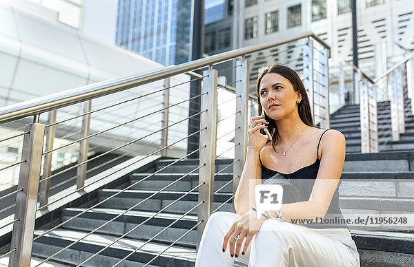 Junge Frau am Telefon in der Stadt