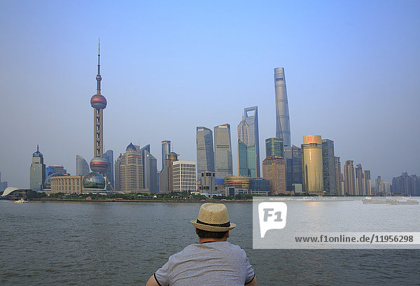 China  Shanghai  Rückansicht des Mannes mit Blick auf Pundong