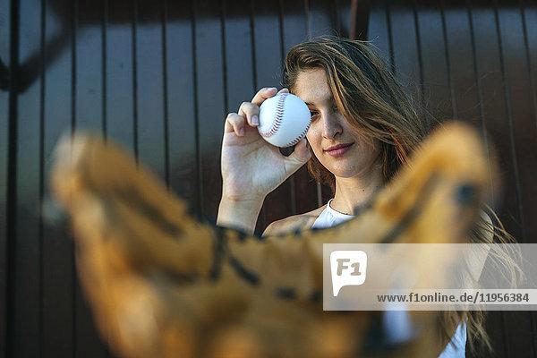 Junge Frau mit Baseball und Baseballhandschuh