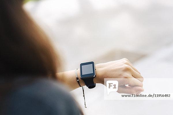 Frau überprüft ihre Smartwatch