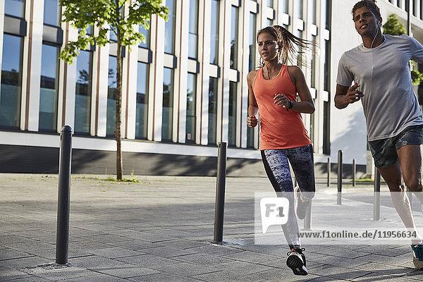 Junges Paar beim Joggen in der Stadt
