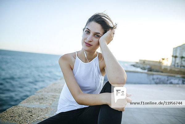 Porträt einer jungen Frau an der Strandpromenade