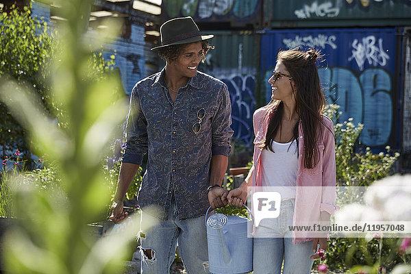 Paar mit Gießkanne im Stadtgarten