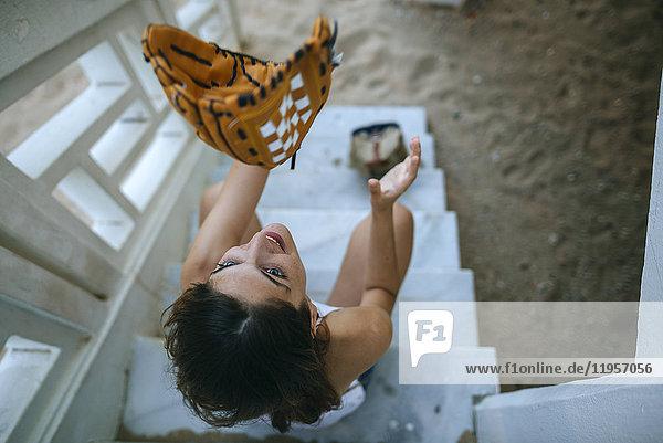 Junge Frau spielt mit Baseballhandschuhen