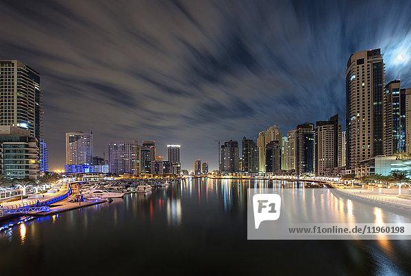 Stadtbild von Dubai  Vereinigte Arabische Emirate in der Abenddämmerung  mit Wolkenkratzern und dem Yachthafen im Vordergrund.