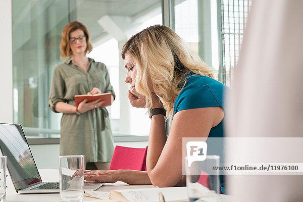 Geschäftsfrauen in Diskussion am Laptop