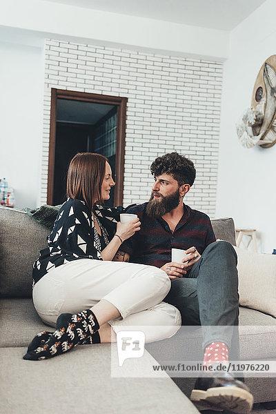 Entspannung zu zweit bei Kaffee auf dem Sofa