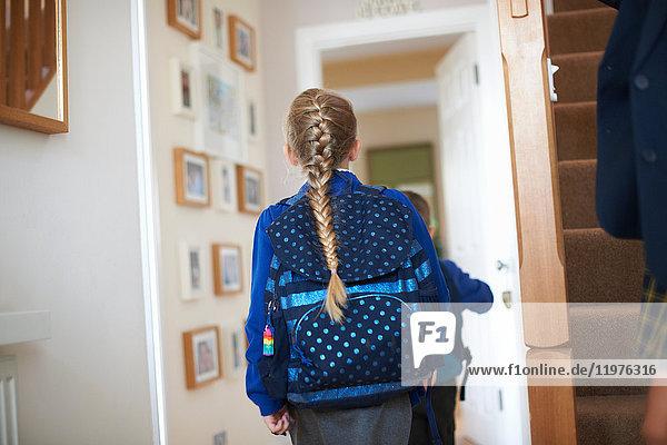 Rückansicht eines Schulmädchens in Uniform im Flur