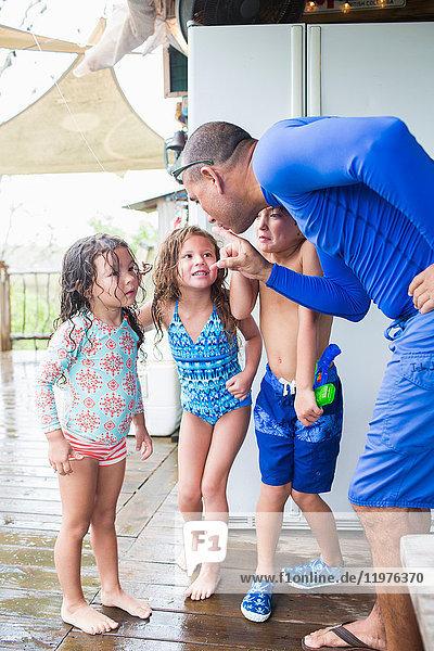 Mann schimpft spielerisch über Kinder