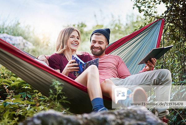 Paar entspannt in der Hängematte  lächelnd  Krakau  Malopolskie  Polen  Europa
