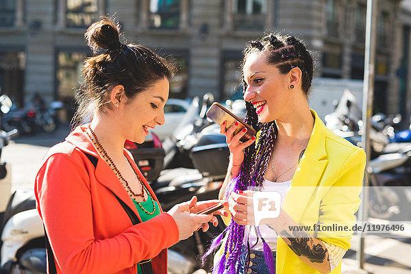 Frauen in Städtereise mit Mobiltelefon  Mailand  Italien
