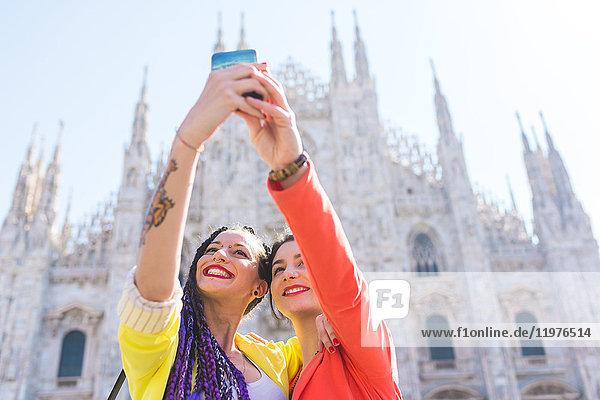 Frauen  die sich außerhalb von Il Duomo  Mailand  Italien