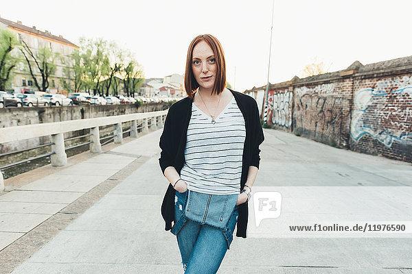 Porträt einer jungen Frau am Kanal stehend