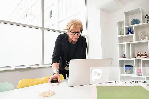 Geschäftsfrau  die am Laptop arbeitet