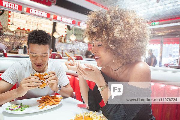 Junges Paar  das im Diner sitzt und isst
