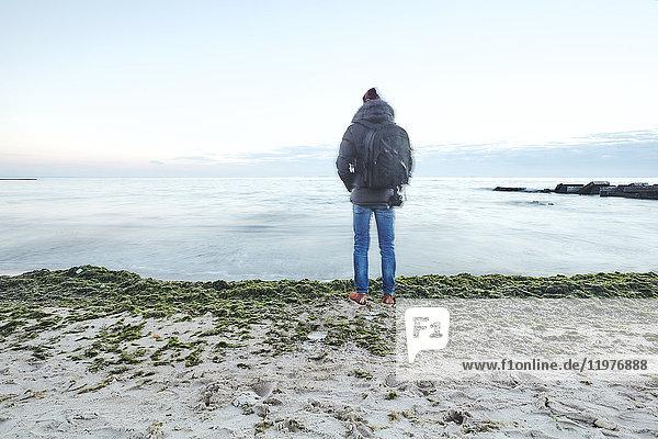 Rückansicht eines Mannes am Strand mit Blick auf das Meer  Odessa  Odessa Oblast  Ukraine  Europa