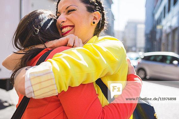 Frauen  die sich auf der Straße umarmen  Mailand  Italien