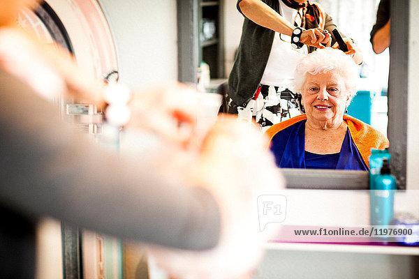Frau arbeitet in einem skurrilen Friseursalon