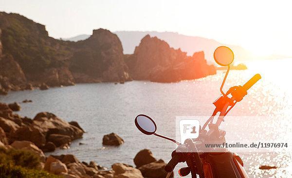 Motorrad auf dem Seeweg bei Sonnenuntergang  Olbia  Sardinien  Italien