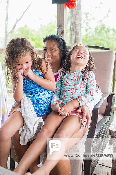 Mutter mit Töchtern lachend