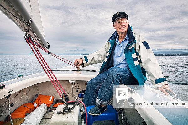 Mann im Boot auf dem Genfer See  Genf  Schweiz