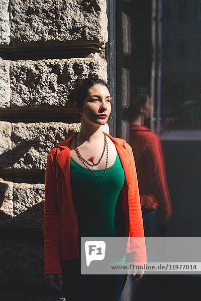 Frau an der Wand stehend  Mailand  Italien