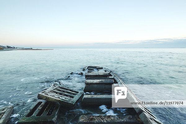 Betonplatten eines verfallenen Piers im Meer  Odessa  Oblast Odessa  Ukraine  Europa