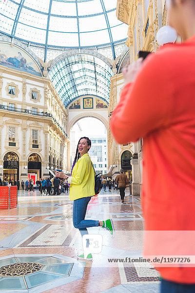 Frauen beim Fotografieren in der Galleria Vittorio Emanuele II  Mailand  Italien