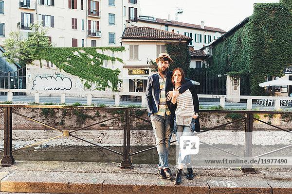 Porträt eines coolen Paares am Stadtkanal
