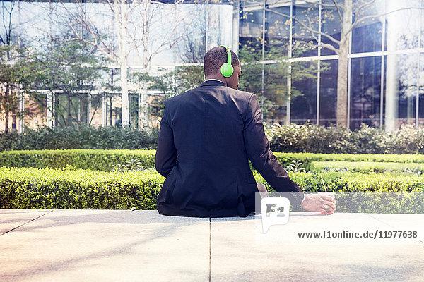 Mann macht Pause vor dem Rathaus  London  UK