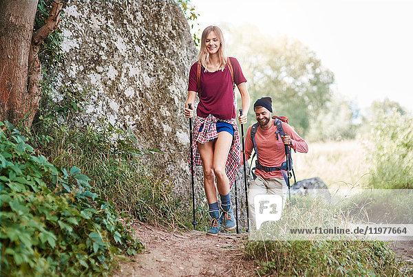 Paar mit Wanderstöcken beim Wandern im Wald  Krakau  Malopolskie  Polen  Europa