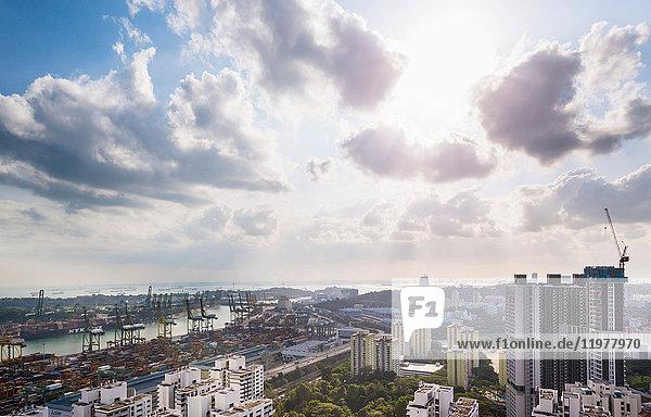 Erhöhte Fernsicht auf den Containerterminal  Singapur  Südostasien
