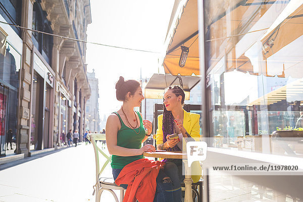 Frauen auf Städtereise im Outdoor-Café  Mailand  Italien