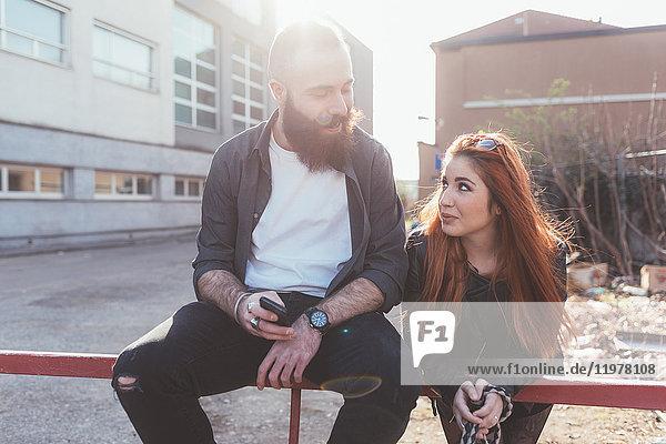 An Geländer anliegendes Paar