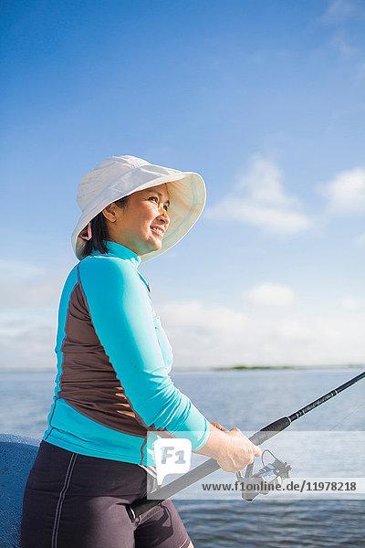 Frau beim Fischen im Golf von Mexiko  Homosassa  Florida  USA