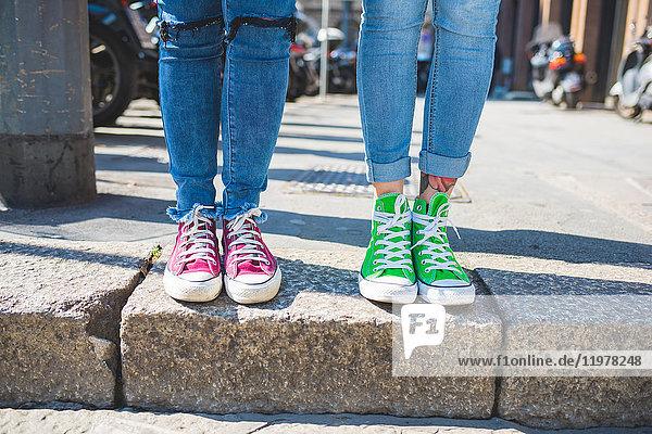 Frauenfüsse in Trainern auf Schritt und Tritt  Mailand  Italien
