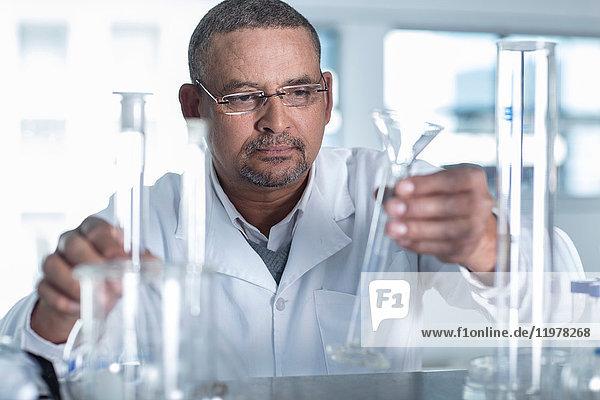 Laborant wählt Messröhre